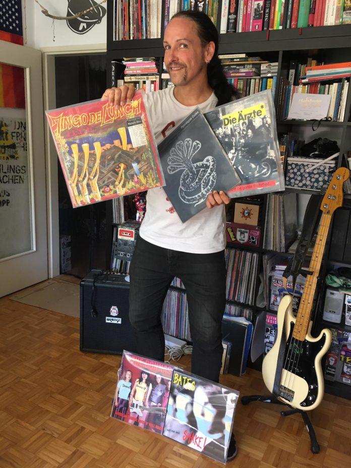 '10 Records Worth To Die For' mit Mikki Sixx (Stuhl)