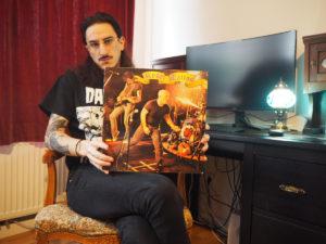 Deluminator-Sänger Tariq mit Rose Tattoo-Platte