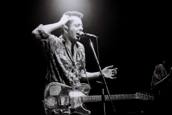 Joe Strummer mit The Pogues in Japan (Photo by Masao Nakagami - www.flickr.comphotosgoro_memo776514749)